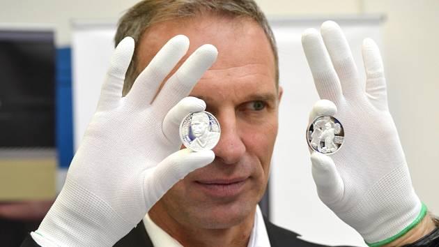 Dominik Hašek ukazuje stříbrné mince