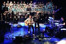 V pondělí 6. prosince hostoval za doprovodu DPS Vrabčáci v jabloneckém Městském divadle Petr Bende s Vánočním koncertem.