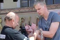 Kouzelník Zdeněk Bradáč v Pelhřimově opět dokázal, že uniknout z policejních pout bez použití klíčů či paklíčů pro něj není žádný problém.