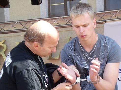 Kouzelník Zdeněk Bradáč dokázal, že uniknout z policejních pout bez použití klíčů či paklíčů pro něj není žádný problém.