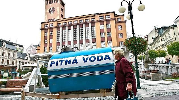 Pitná voda. Náhradní zásobování cisternou v centru Jablonce.