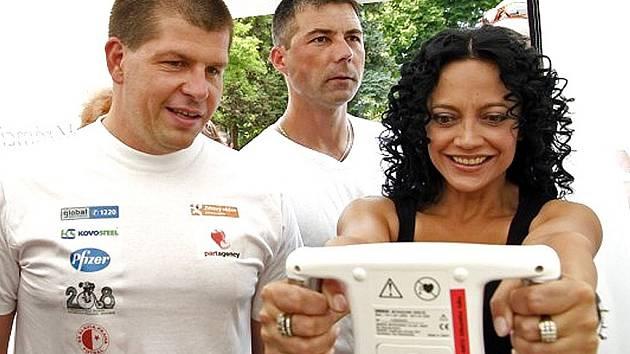 Při jednom ze Dnů zdraví v Libereckém kraji se na stanovišti VZP setkala Lucie Bílá a náměstek hejtmana pro Liberecký kraj Radim Zika.