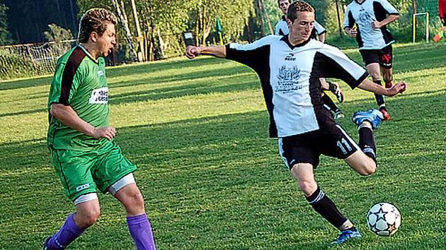V Lučanech v předehrávce porazily Maršovice domácí rezervu 5:0. Na snímku se domácí Lejsek připravuje ke střele, kterou se snaží zblokovat hostující Kocúr (v zeleném).