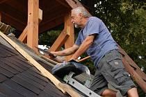 Na opravě střechy se stále pracuje.