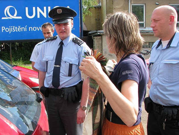 Strážníci, zástupkyně Ligy na ochranu zvířat, státní policie se pokoušeli marně vysvobodit psa z uzamčeného auta.