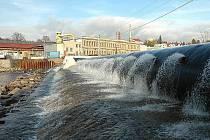 """POHYBLIVÝ JEZ. Stavba vakového jezu přes Jizeru v Turnově (u Juty, """"u shořalého mlýna""""), stála téměř pětašedesát milionů korun."""