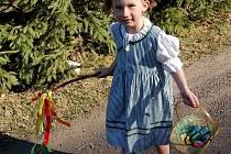 Velikonoční svátky na Jablonecku. Lidé je trávili různě, pondělní pomlázku ale vynechal málokdo. Zejména děti se vracely domů obtěžkané sladkostmi, vařenými vajíčky či zdobenými perníčky. V Lučanech koledovala Markétka Endlerová.