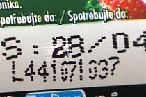 Přepsaná doporučená dobá spotřeby na potravinách zakoupených v obchodě v ulici 5. května vedle služebny policie. Na jogurtu je změněn datum z 8. 4. na 28.4.