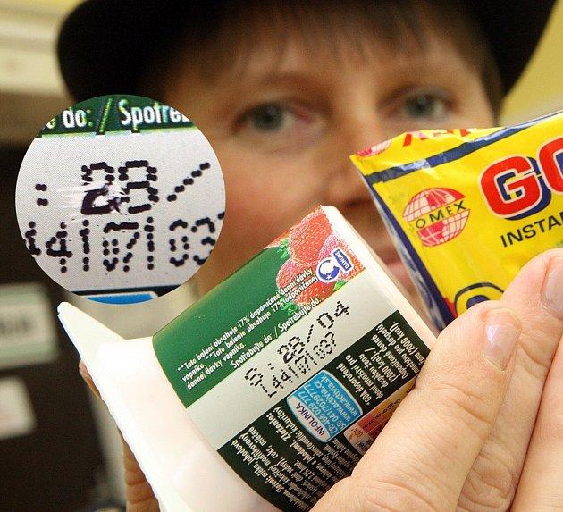 Tisková mluvčí policie Ludmila Knopová ukazuje přepsanou doporučenou dobu spotřeby na potravinách zakoupených v obchodě v ulici 5. května vedle služebny policie.Na jogurtu je změněn datum z 8. 4. na 28.4. a na instantní polévce rok 2007 na 2008.