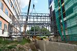 V Nemocnici Jablonec probíhá stavba nového pavilonu intenzivní péče. Instalovali zde konstrukce propojovacích chodeb.