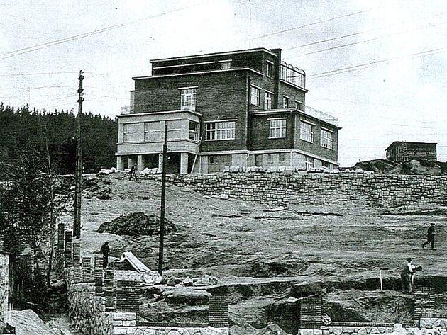 Dům si nechal ve 20.letech minulého století postavit legionář a obchodník sbižuterií Rudolf Hásek.