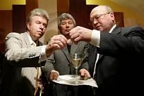 První československý kosmonaut Vladimír Remek (vpravo) spolu s houslistou Jaroslavem Svěceným (vlevo) 3. března v Praze slavnostně pokřtili stříbrnou pamětní medaili, kterou vydala Česká Mincovna v Jablonci.