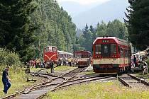 NEJSTRMĚJŠÍ ŽELEZNIČNÍ TRAŤ. Na železnici mezi Tanvaldem, Kořenovem a Harrachovem v sobotu opět vyrazil vlak tažený ozubnicovou lokomotivou. Unikátní trať letos slaví 109 let od uvedení do provozu a motorové zubačky před padesáti lety.