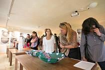 Ve výstavních prostorách Kittelova domu v Krásné na Pěnčínsku představuje ukázky své tvůrčí činnosti skupina čtrnácti absolventů výtvarného ročníku 1972-76 Střední uměleckoprůmyslové školy sklářské v Železném Brodě.