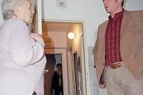 Místostarosta Jablonce Petr Vobořil i nahlédl, jak staří lidé v Domě pro seniory v Novoveské ulici bydlí. Libuše Šmídová, od společenského sálu, kam Svaz důchodců dochází každou středu, má byt vzdálený přes zeď jeden a půl metru.