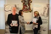 Na městském úřadě v Turnově proběhlo předání šeků sbírky Pozvedněte slabé, jejímž organizátorem je Nadace Euronisa.