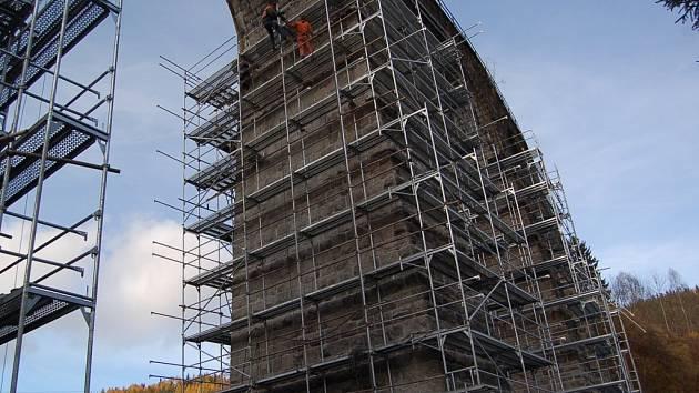 Opravy a sanace viaduktu ve Smržovce budou stát řádově 20 miliónů korun. V současnosti stavaři provádějí injektáže do vnitřku pilířů. Viadukt velkou opravou prochází poprvé za více než 100 let.