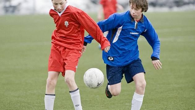 Přátelské fotbalové utkání před zahájením mistrovských soutěží sehráli žáci FK BAUMIT Jablonec B (v červeném), kteří v Břízkách porazili Pardubice 3:1 (2:1).