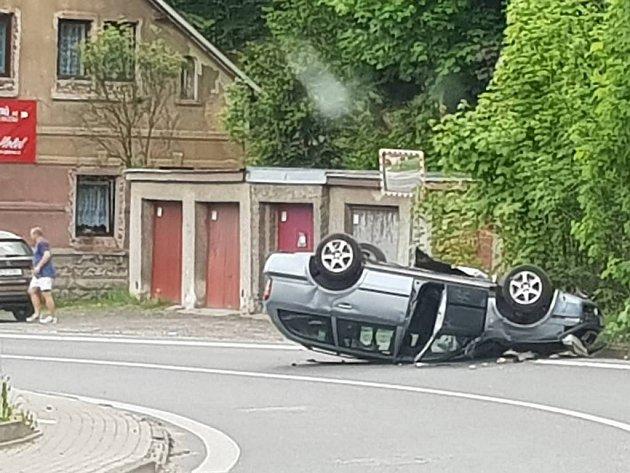 Převrácené auto v Jabloneckých Pasekách.