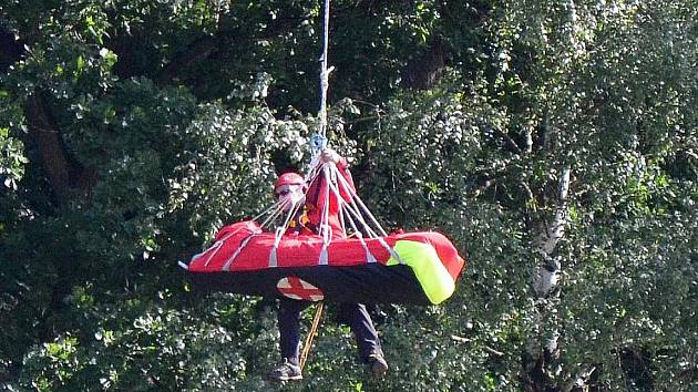 Kvůli tomu, že šestiletá dívka zůstala zraněná ve špatně přístupném terénu, k ní záchranáři museli přivolat vrtulník a vynést ji v podvěsu.