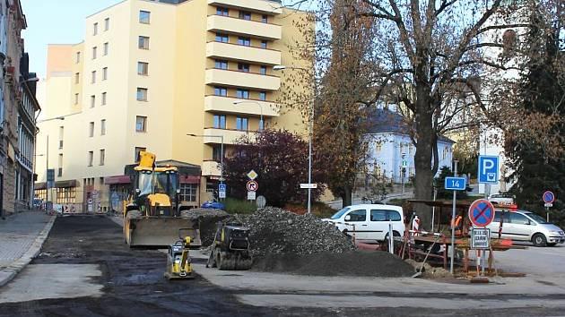 Anenské náměstí, kterým prochází jeden z hlavních tahů mezi Jabloncem a Libercem, je stále uzavřeno, ale otevření se blíží.