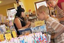 Školáci s rodiči berou papírnictví útokem.