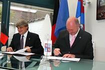 V sídle regionálního zastoupení Libereckého kraje v Bruselu podepsali hejtman Libereckého kraje Petr Skokan (vpravo) a prezident  autonomního regionu Valle d´Aosta Luciano Caveri dohodu o partnerství.