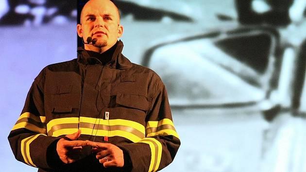 Svoje zážitky ze zásahů u dopravních nehod převyprávěli studentům jabloneckých středních škol před dramatickou audiovizuální kulisou policista, hasič, záchranář a účastník nehody ve velkém sále jabloneckého Eurocentra.