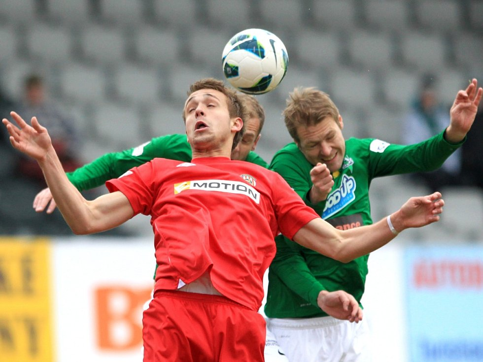 Jablonec porazil doma Brno 2:0. Na snímku Luděk Pernica z Brna. Za ním Michal Hubník a Karel Piták z Jablonce.