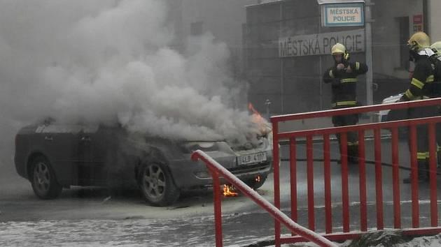 Jablonecká strážnice vytáhla řidiče z hořícího vozidla.