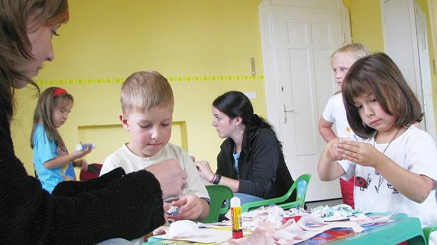Děti v příměstském letním táboře, který připravilo rodinné centrum Magnet, mají zajištěný program v podobě her, soutěží nebo tvoření z papíru, po celých pět dní.
