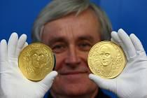 Medaile je poslední ze série čtyř medailí z produkce nedávno zesnulého grafika Oldřicha Kulhánka. Na snímku je akademický sochař Vladimír Oppl.