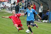 Železný Brod prohrál s Dobrovicemi 4:0. Na snímku se snaží zblokovat Tomáš Hartl z Brodu centr Jiřího Béma z Dobrovic.