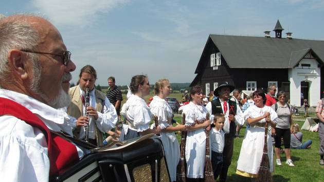 Po svátku Anny se pravidelně v nejvýše položené osadě republiky na Jizerce koná Anenská sklářká slavnost. Zábava a soutěže, pohádky, muzika a regionální produkty. Akci záhajuje zakladatel osady podnikatel a sklář F. A. Riedel s chotí.
