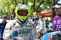Na stroji KTM s číslem 151 Milan Engel v cíli jedné z etap.