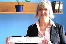 Výherkyně Barbora Petelíková z Jablonce si přišla do redakce Jabloneckého deníku vstupenky vyzvednout osobně.