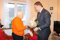 101. narozeniny - paní Krupkové popřál primátor Jablonce Petr Beitl