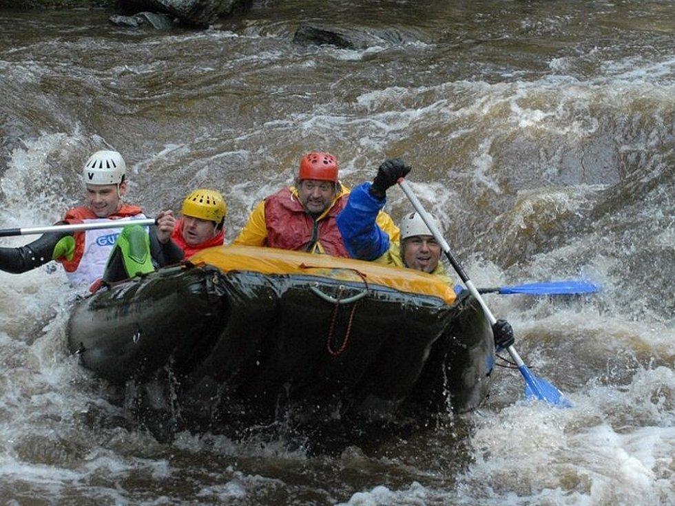 Tradiční závody na raftech na řece Kamenici v Plavech na Jablonecku.