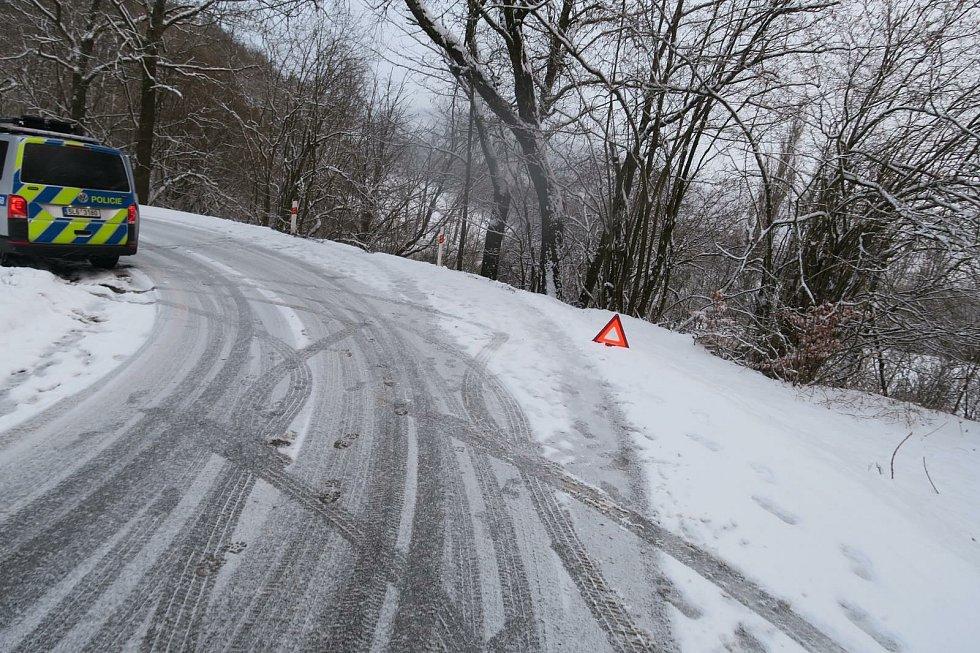 Řidiče na Jablonecku překvapil jarní sníh. Dostal smyk a skončil v křoví