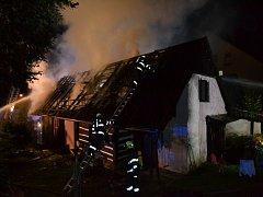 Požár zasáhl rodinný dům v Libštátu, způsobil škodu 600.000 korun.