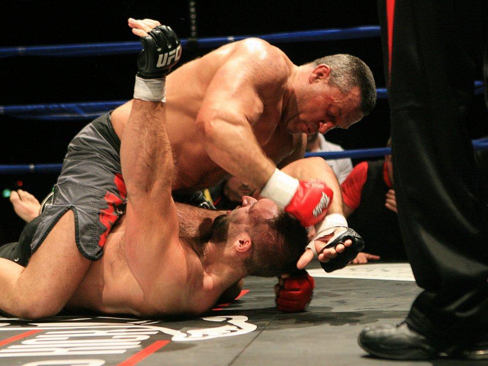 Night of Warriors v Liberci. Ivan Ivanka z Jablonce bojoval na galavečeru v MMA a soupeřem mu byl Zdeněk Ledvina (dole).