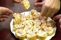Občerstvení. Chlebíčky, jednohubky, obložené mísy.