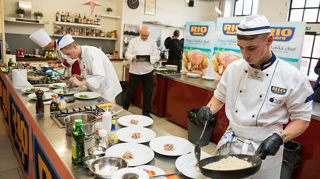 Studenti z Lomnice nad Popelkou připravují recepty do soutěže Svačina roku Rio Mare. Ilustrační fotografie.