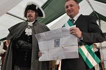 Primátor Petr Beitl přebírá dekret od císařského posla