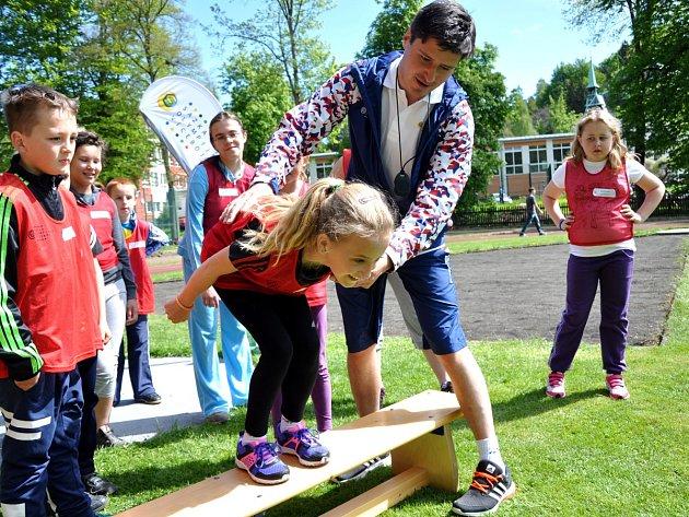 Patrik Chlum byl jedním z účastníků podílejících se na sportovním dopoledni v Desné. Děti si pod jeho vedením vyzkoušeli i nájezdové postavení skokana na lyžích.