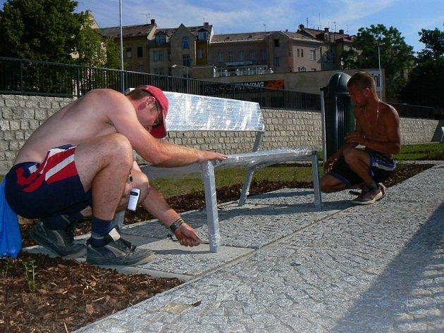 Pracovníci instalijí lavičky ke korytu řeky Nisy.