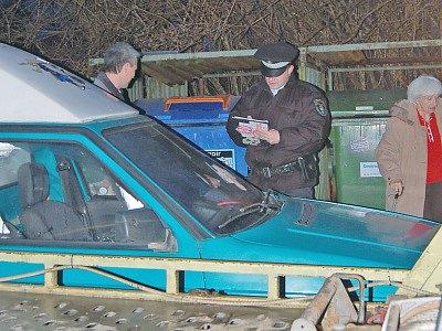 Zaparkované auto před kontejnery je častým problémem, proč nemůže SKS s.r.o. provést svoz odpadů. Strážník městské policie uděluje pokutu v Pobřežní ulici.