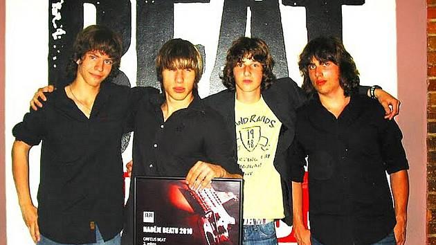 Orfeus Beat, jablonečtí mladíci hrající ve složení: kytara Adam Kuchař, basová kytara Martin Cabalka, bicí David Gärtner a zpěv David Kuchař.