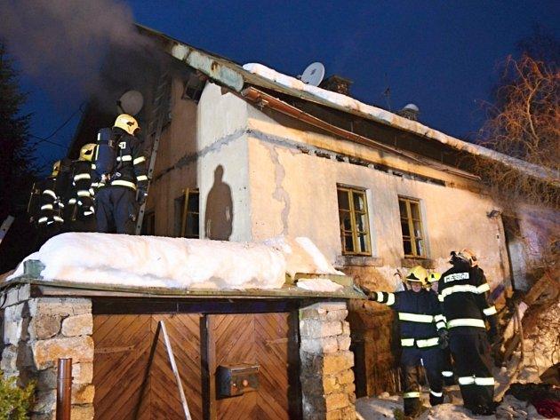 Pět jednotek hasičů zasahovalo ve čtvrtek odpoledne u požáru rodinného domu ve Velkých Hamrech. Foto: HZSLK