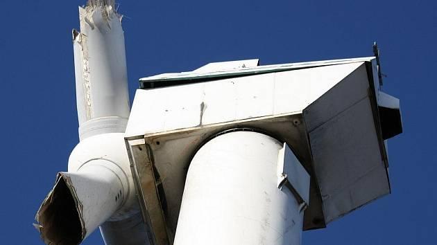NEHODA. Jedna z šesti věží už elektřinu nevyrábí. Detail zničeného rotoru.